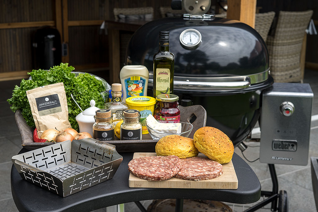 Wildburger Deluxe mit Blauschimmelkäse, Preiselbeeren u. Zwiebelrelish